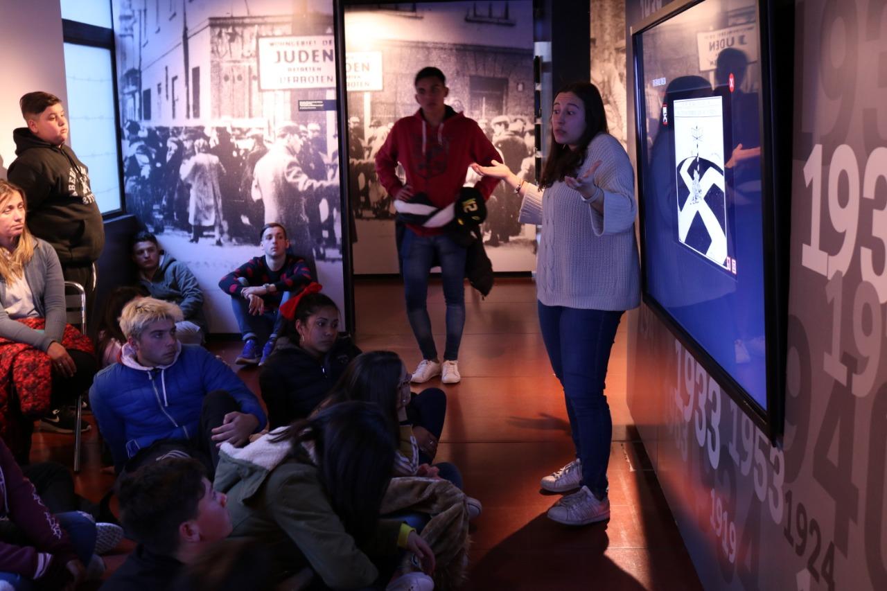 Alumnos visitan museo del holocausto